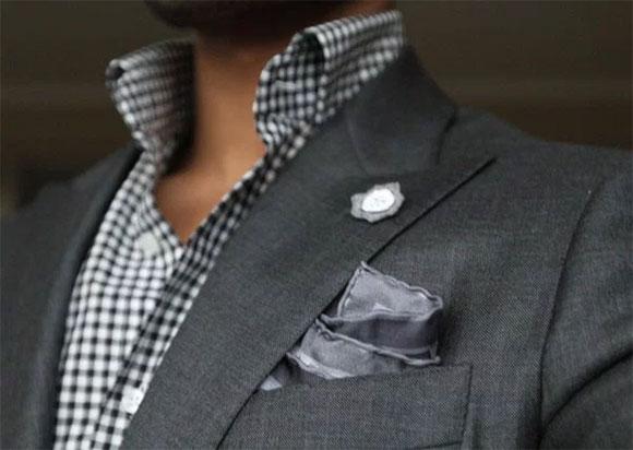 Gri takım elbise ve ekose gömlek kombin