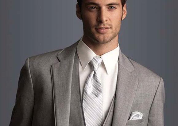 Gümüş gri takım elbise